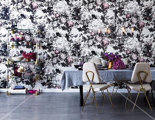 Elegantes Esszimmer mit opulenter Blumentapete und goldenen Details