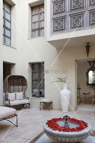 Heller marokkanischer Innenhof mit Brunnen