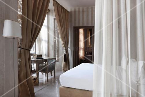 Elegantes Schlafzimmer in Champagnerfarben – Bild kaufen – living4media