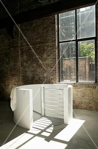 Runde Brüstung um eine Wendeltreppe vor dem Fabrikfenster