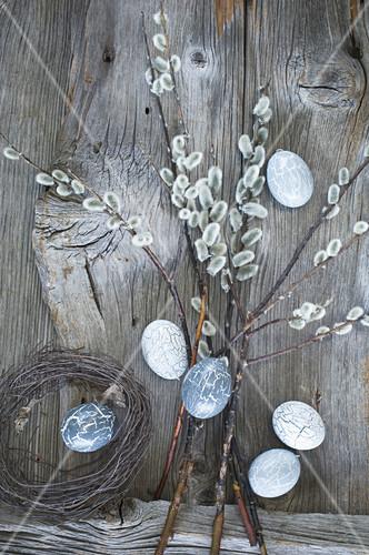 Weidenkätzchenstrauss und handbemalte graue Ostereier