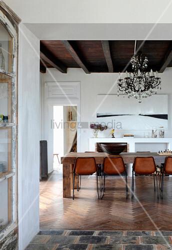 Blick ins rustikale Esszimmer im mediterranen Landhaus