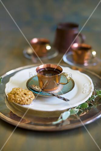 Eine Tasse Mokka mit Plätzchen
