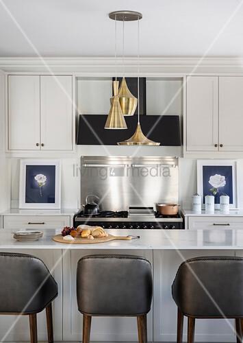Barhocker an Kücheninsel mit ... – Bild kaufen – 12547754 ...