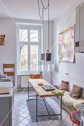 Tisch und Bank in einer schmalen Küche … – Bild kaufen ...