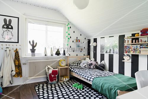 Blockstreifen und grafische Muster im schwarz-weißen Kinderzimmer