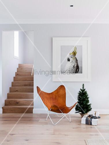 Designerstuhl aus Leder und Mini-Christbaum unterm Kakadu-Bild