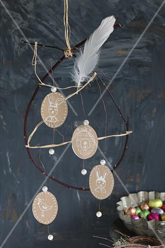 Mobile mit handbemalten ovalen Plaketten als Osterdeko