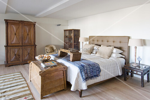 Schlafzimmer in Brauntönen im Kolonialstil