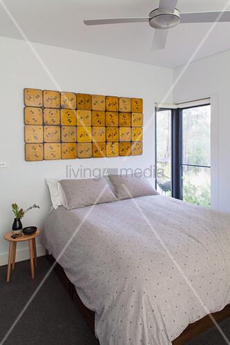 doppelbett in schlichtem schlafzimmer bild kaufen 12559608 living4media. Black Bedroom Furniture Sets. Home Design Ideas