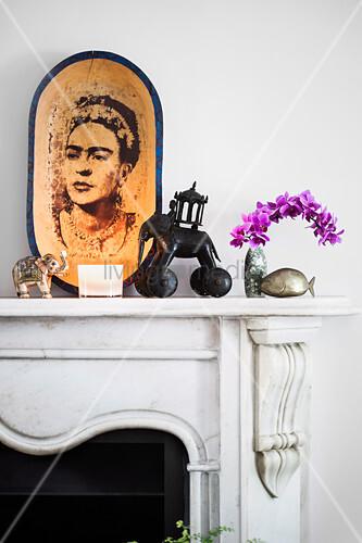 Schale mit Frida-Kahlo-Motiv und Elefantenfiguren auf Kaminsims