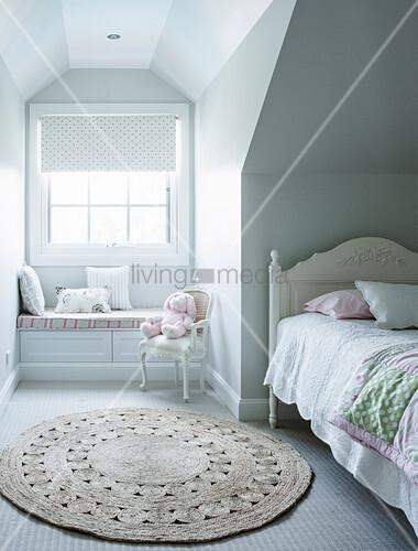 Weißes Bett unter Dachschräge, runder … – Bild kaufen ...