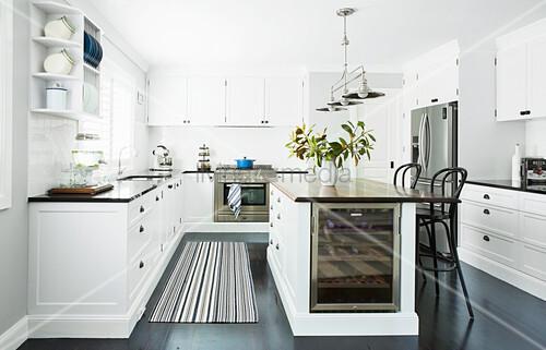 k cheninsel mit weink hler und barhocker bild kaufen 12559878 living4media. Black Bedroom Furniture Sets. Home Design Ideas