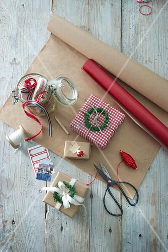 Verpackte Geschenke und Verpackungsmaterial