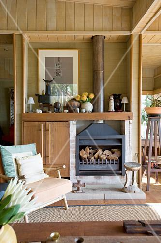 Offener Kamin im Wohnzimmer eines Holzhauses
