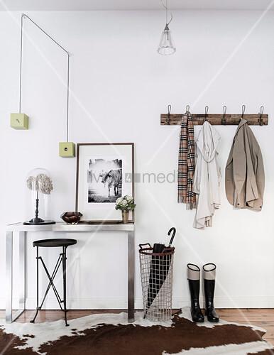 Schlichter Eingangsbereich mit Kuhfellteppich