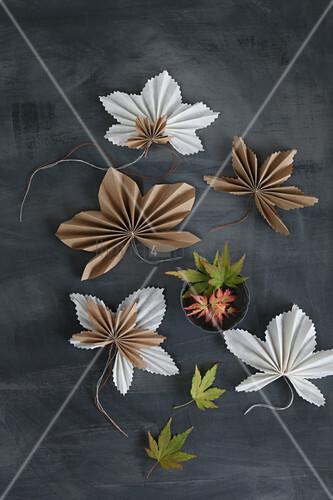 Ahornblätter aus gefaltetem Papier