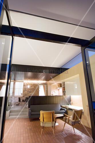 Blick in ein Apartment auf zwei Ebenen bei Abendstimmung