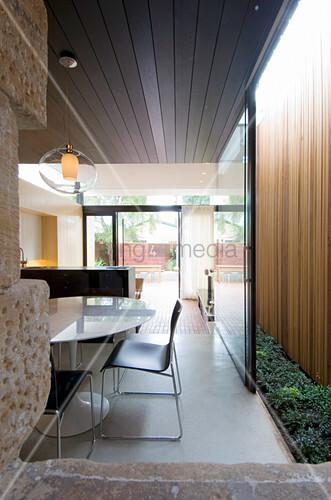 Blick in den offenen Wohnraum mit Schiebetür zum Lichthof