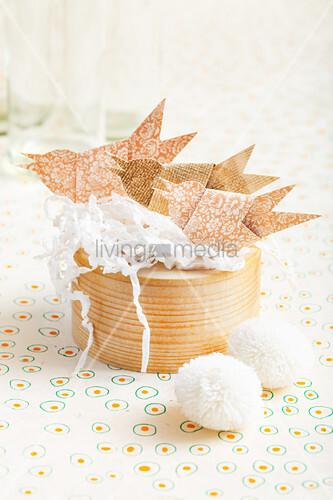 Vögel aus Papier auf einer Spanschachtel
