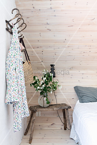 Strauß Schneebeeren auf altem Hocker als Nachttisch