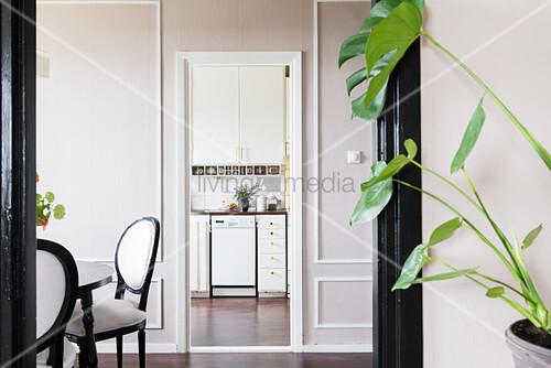 Blick durch mehrere Durchgänge in die Küche