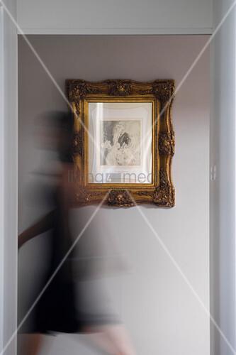 Bild in Goldrahmen an der Wand