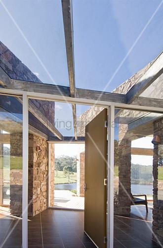 Moderne Architektur aus Naturstein und Glas