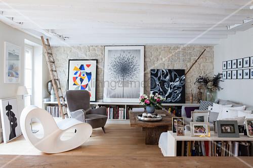 Künstlerischer Stilmix im Wohnzimmer mit Natursteinwand