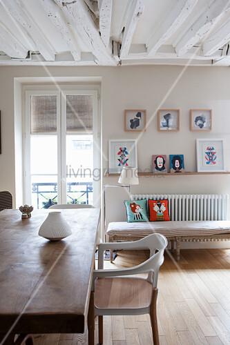 Esszimmer in Weiß und Beige mit rustikaler Balkendecke