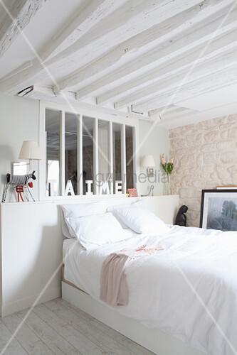 Helles, mediterranes Schlafzimmer mit Innenfenster