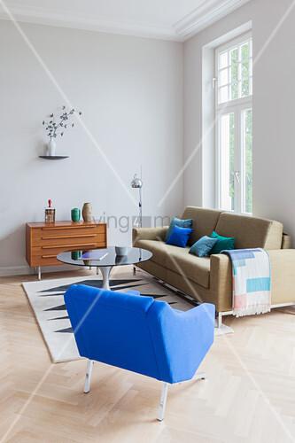 Sofa, Sessel, runder Couchtisch und Sideboard in Altbauwohnung