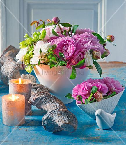 Strauß aus Pfingstrosen und Rosen