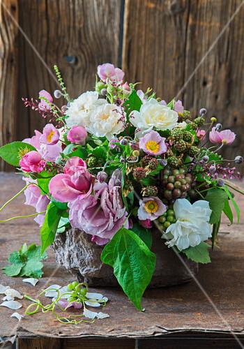 Üppiger Strauß aus Rosen, Herbstanemonen, Brombeeren, Weintrauben