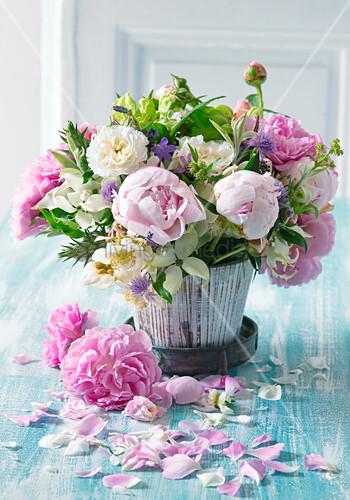 Strauß aus rosa Pfingstrosen, Rosen und Blumenhartriegel