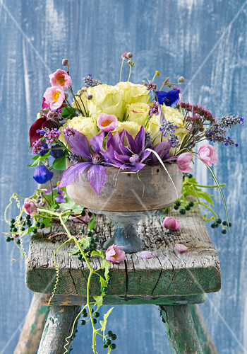 Blumenschale mit Clematis, Rosen und Herbstanemonen