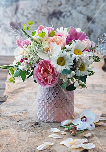 Strauß aus Rosen, Schneebeeren, Margeriten und Ehrenpreis