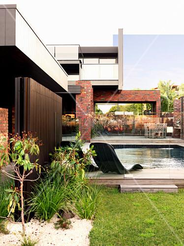 Garten mit Pool am modernen Haus mit verschachtelter Fassade
