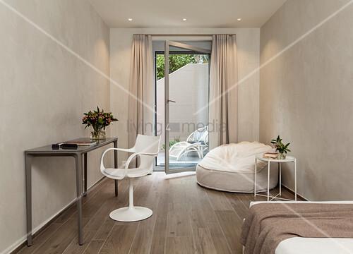 Kleines Schlafzimmer in Brauntönen mit … – Bild kaufen ...