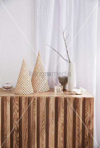 DIY-Dekoration aus Rattangewebe auf Sideboard