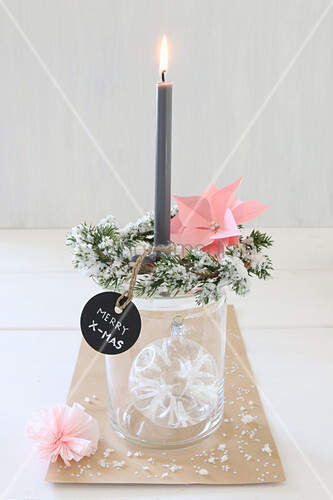 Christbaumkugel im Glas als Kerzenständer mit Tannenzweigen und Schild