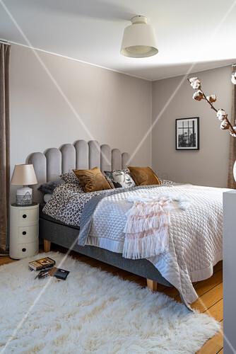 Elegantes Schlafzimmer in Grau und Weiß mit Boho-Flair