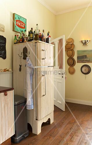 Mit Holz verkleideter Kühlschrank im Landhausstil