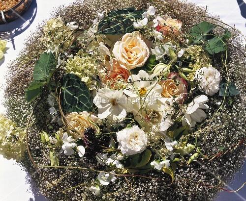 rosen und weisse cosmea in einem nest aus schleierkraut. Black Bedroom Furniture Sets. Home Design Ideas