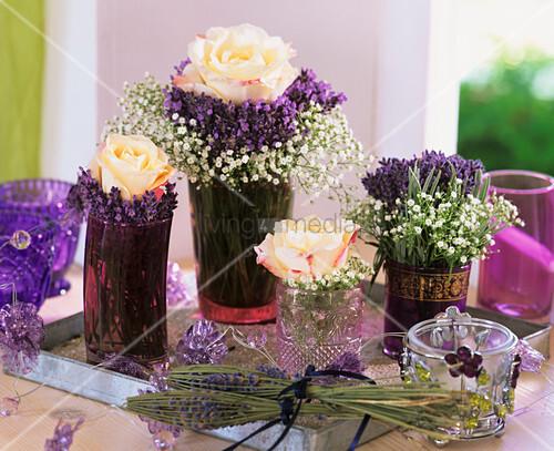 Rosenblüten, Lavendel und Schleierkraut in Vasen