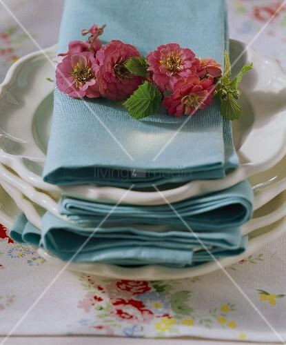 Stoffservietten mit Blumenkranz