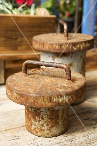 Alte, rostige Gewichte auf Holztisch (Close Up)