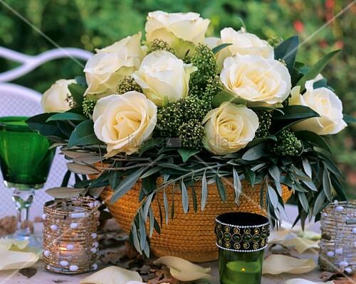 weisse rosen mit olivenzweigen bild kaufen living4media. Black Bedroom Furniture Sets. Home Design Ideas