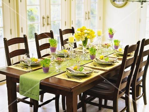 gedeckter tisch zu ostern bild kaufen living4media. Black Bedroom Furniture Sets. Home Design Ideas