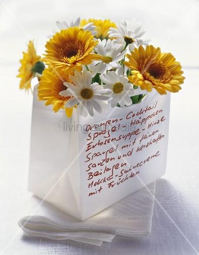 Originelle Menükarte: Blumen in Papiertüte mit Aufschrift